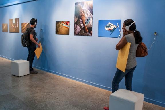 Áudios com elementos do cotidiano de Zé Peixe ampliam o universo sensorial da exposição.