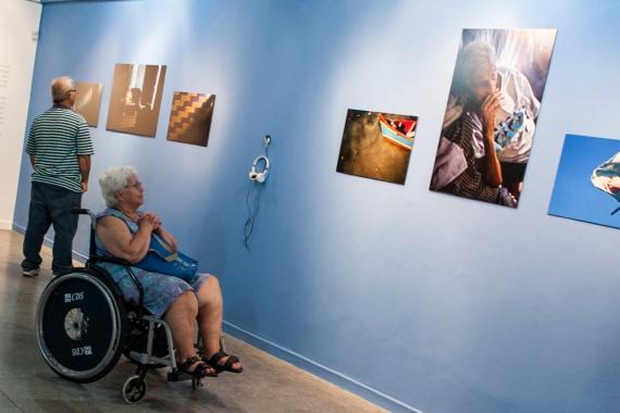 Rita Peixe - irmã de Zé Peixe - contempla foto do irmão. Ela disse que teve diversas lembranças ao longo da exposição.